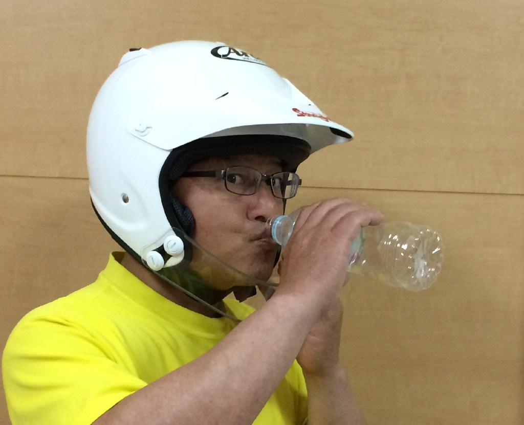 ロックガードを少し下げる(ヘルメットを少しずらす)と、なんと!普通に飲めました。\(^O^)/