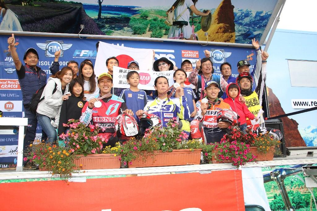 2位獲得!で選手と日本からの応援団の皆さん。